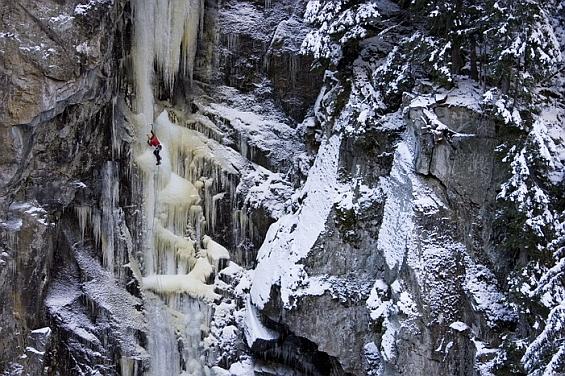 Beat Kammerlander beim Eisklettern  - Foto: AustriAlpin