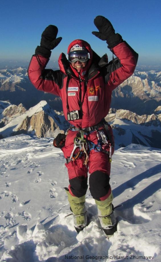 Die österreichische Alpinistin Gerlinde Kaltenbrunner ist überglücklich, den Gipfel des K2 erreicht zu haben. Mit dieser Leistung wurde sie zur ersten Frau, die alle 14 8,000er ohne die Verwendung von zusätzlichem Sauerstoff erreicht hat. - Photograph © Maxut Zhumayev/National Geographic - NG 2011 Gerlinde Kaltenbrunner K2 Expedition