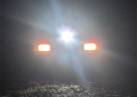LED LENSER X21R liegend auf dem Auto